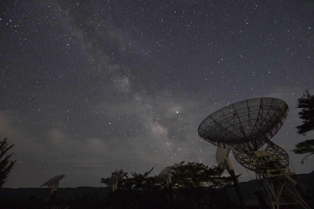 みさと天文台にて。アンテナと天の川