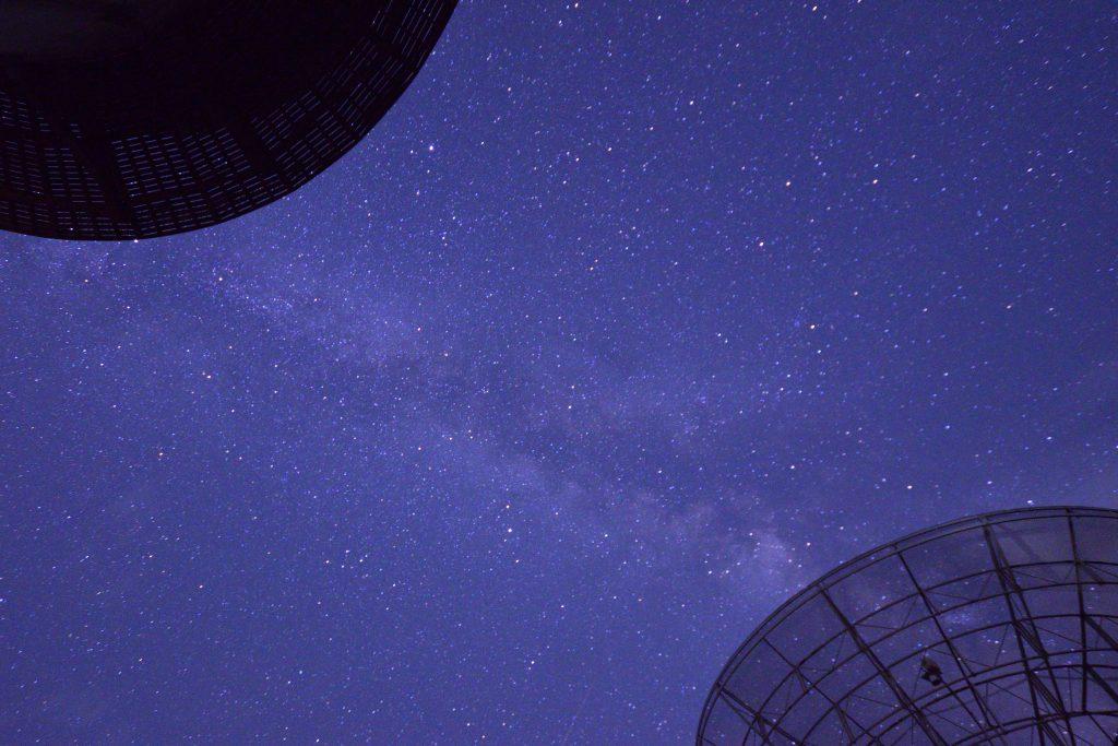 みさと天文台 アンテナとドームを結ぶ天の川