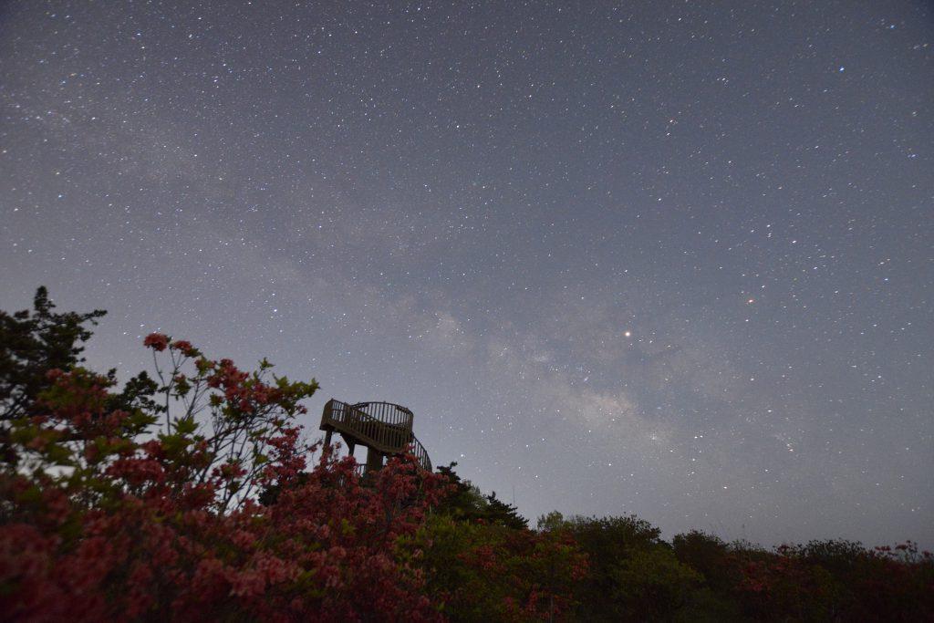 神野山山頂 展望台と天の川とつつじ