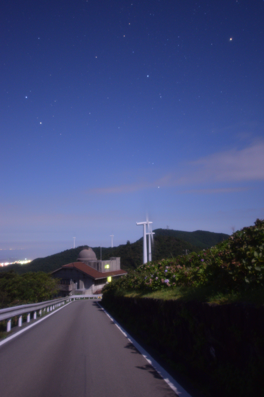 大川原高原にて。ヒルトップハウスと風車とふたご座