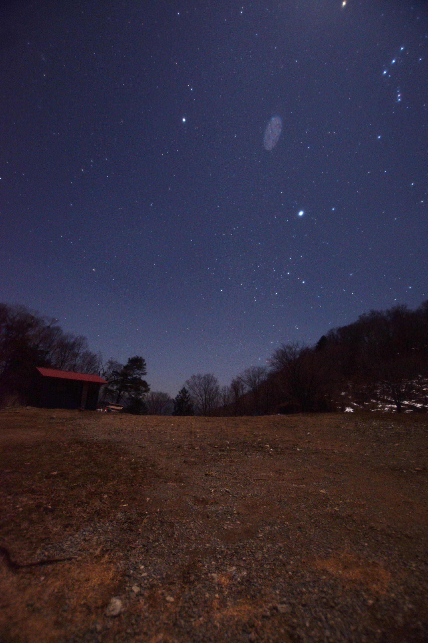 和佐又山キャンプ場跡の小屋と冬のダイヤモンド