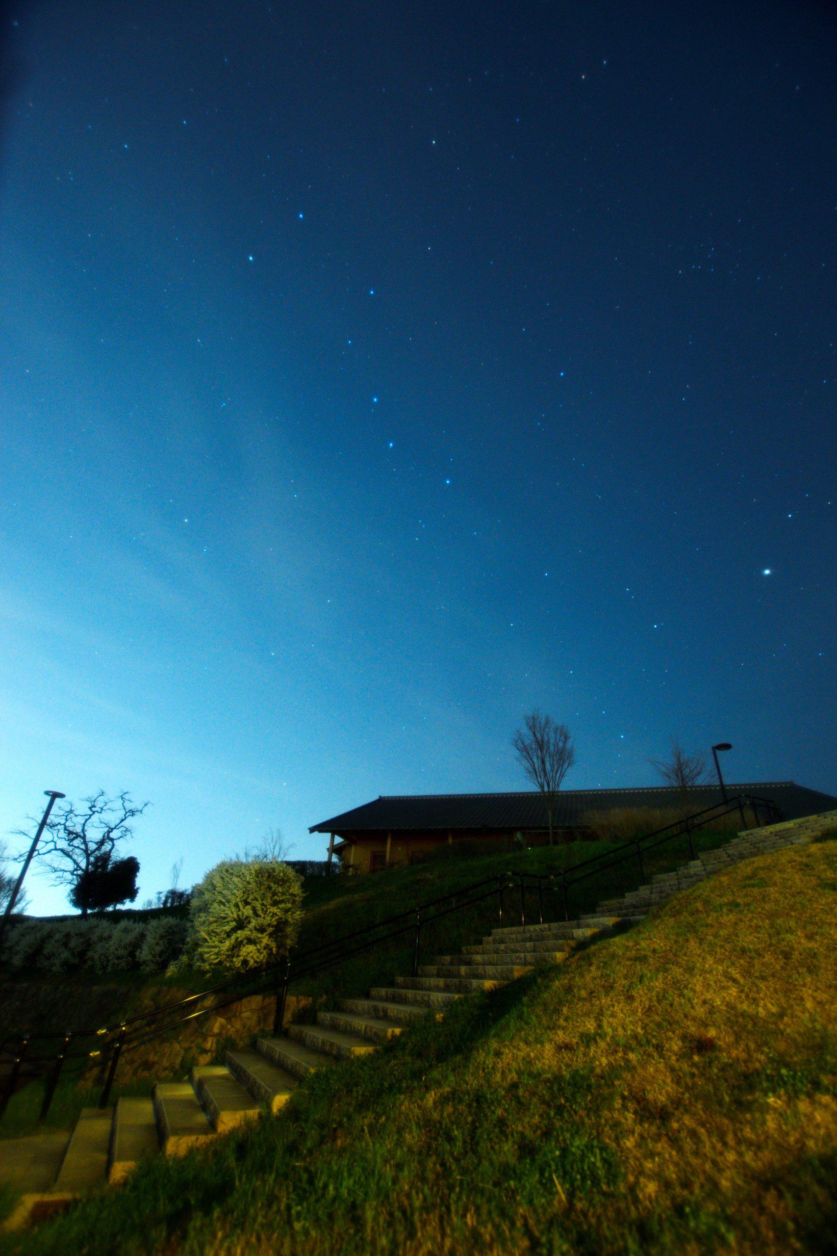 檜隈寺跡休憩案内所から望む北斗七星とアルクトゥルス