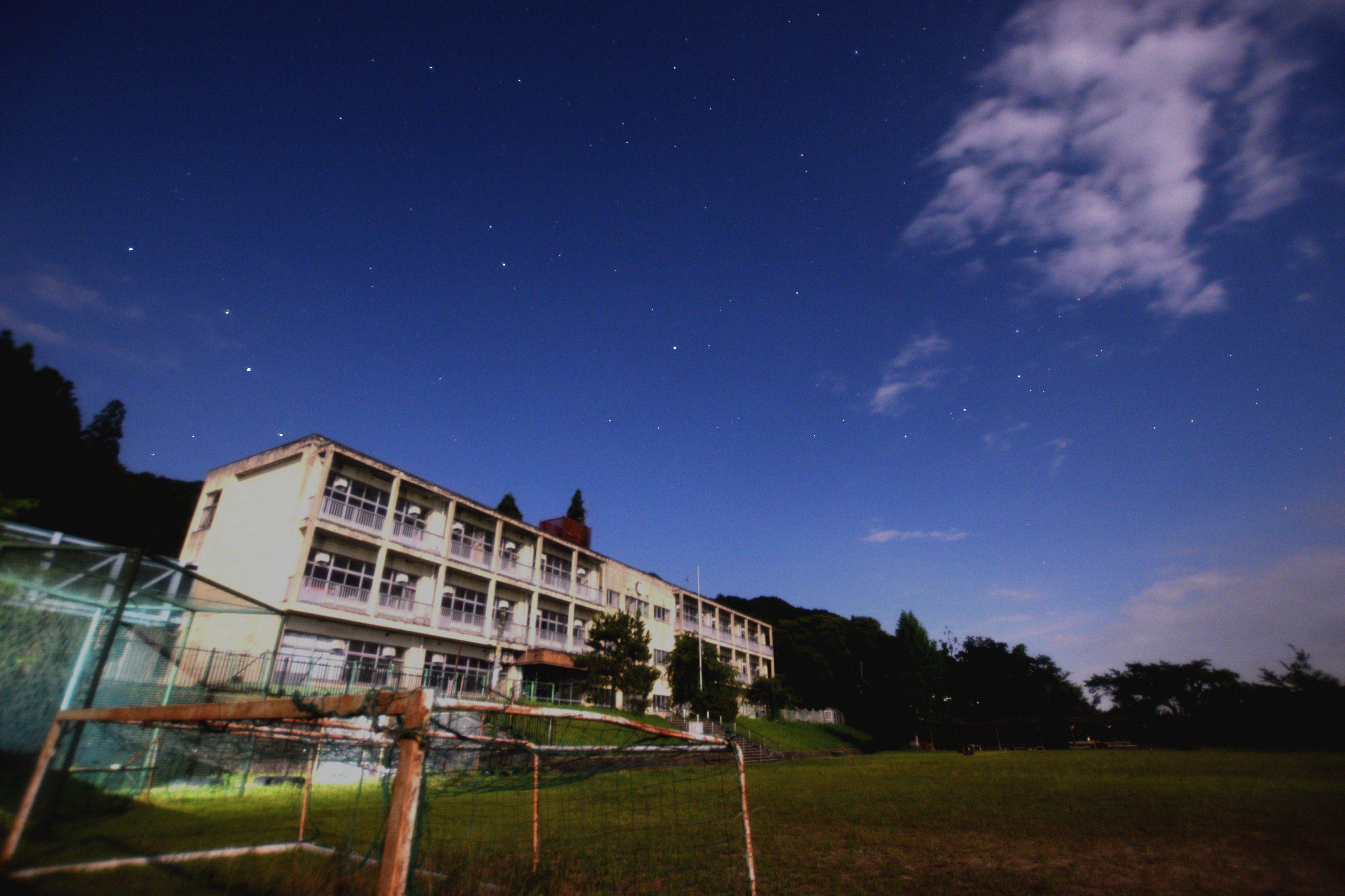 グランドから北の空の北極星と秋の星座を望む