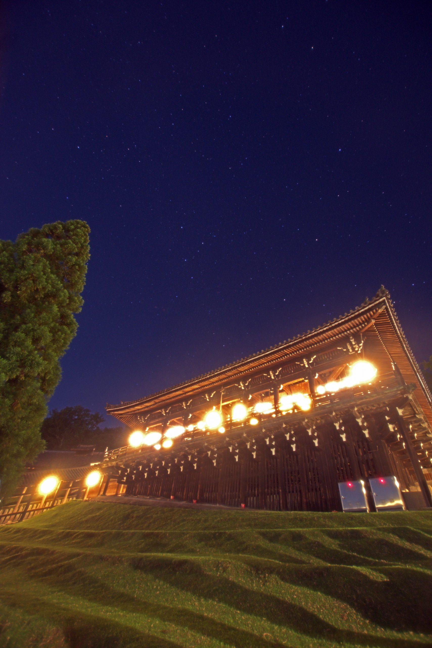 東大寺二月堂の上に輝くカシオペア座